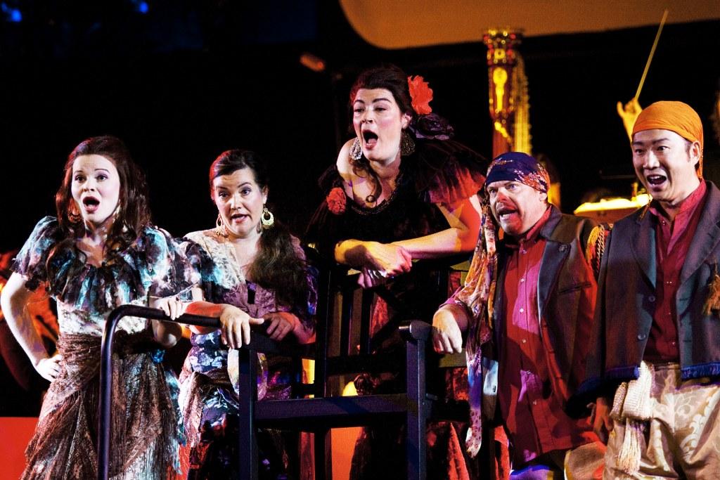 Kuva: Esa Melametsä 30.6.2010 Kokkola Snellman-saliKokkolan Oopperakesässä esitetään heinäkuussa Carmen - yksi maailman suosituimmista ja tunnetuimmista oopperoista. West Coast Kokkola Operan versio Carmenista on elävä esitys, jossa kohtaavat kapellimestari Sakari Oramo, huippusolistit, suuri orkesteri, aikuis- ja lapsikuorot sekä elokuva. Kuvassa Annami Hylkilä, Annika Mylläri, Hilary Summers, Bill Ravall ja Dong-Hoon Han.